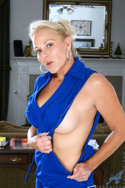Supreme cougar veronica shows off her ass and pussy spread eagle