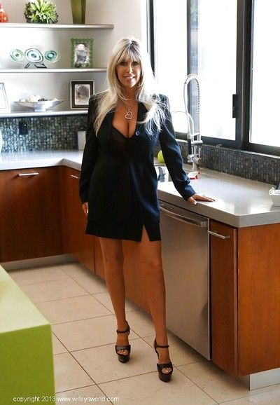 Wooing housewife with long legs and big jugs getting rid of her clothes