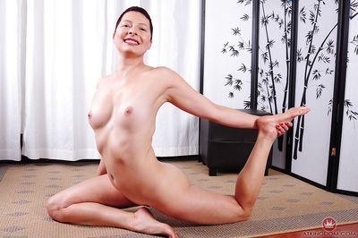 Kurz Behaarte Ältere dame Kali Karinena Auffällig Yoga pose in die Buff - Teil 2