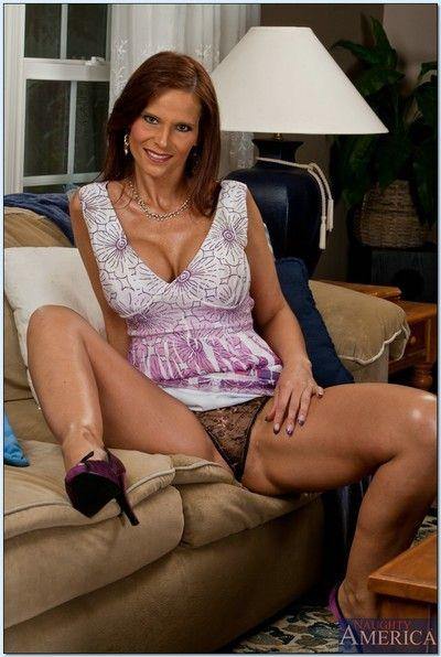 Mature mom on high heels Syren De Mer is spreading her twat