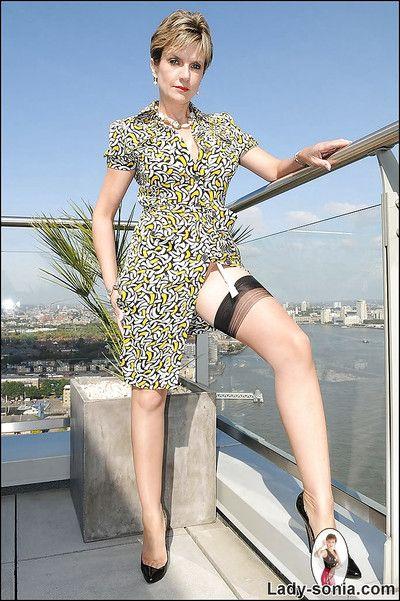 华丽 成熟 小姐 在 尼龙 丝袜 做 超短裙 室外