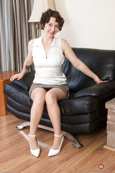 โตขึ้น ท่านหญิง Artimesia แพร่กระจาย ใน pantyhose สำหรับ แฮ upskirt หน้าตัวเมีย ดู