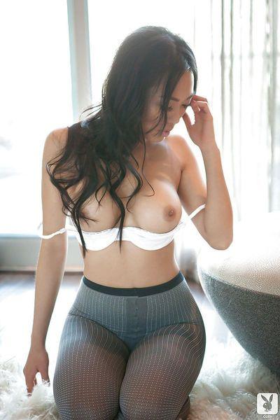 सेक्सी एशियाई बेब किट्टी ली अलग करना बंद उसके , और होजरी में