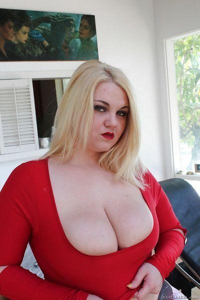 सुनहरे बालों वाली खूबसूरत विशालकाय महिला , शीना शॉ दिखा रहा है बंद उसके गांड और प्रसार