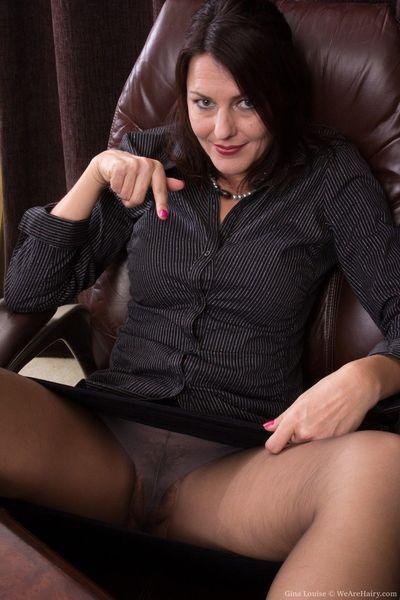 Boss signora Gina Louise si spoglia dietro Il suo Escursioni Per display Il suo Peloso strappare