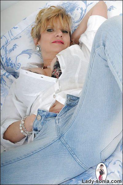 आकर्षक परिपक्व महिला सोनिया अलग करना में बेडरूम और दिखा रहा है स्तन