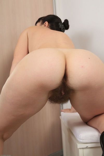 Mature female Malavi Mepanse takes off her dress and glasses for beaver play