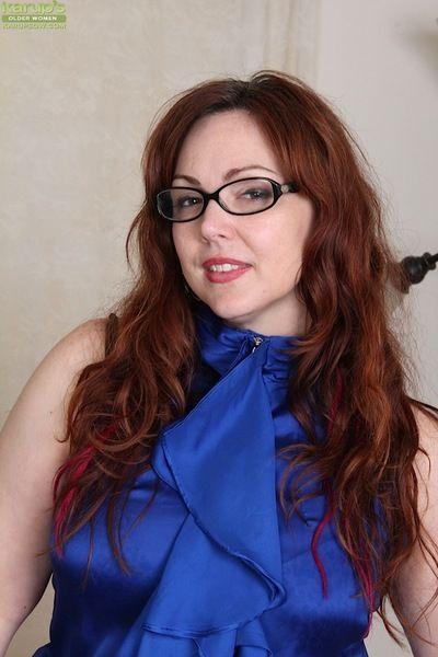 चश्मा पहने पुराने गोल-मटोल अंगारा Rayne baring बड़े बट जबकि मैस्टर्बेटिंग