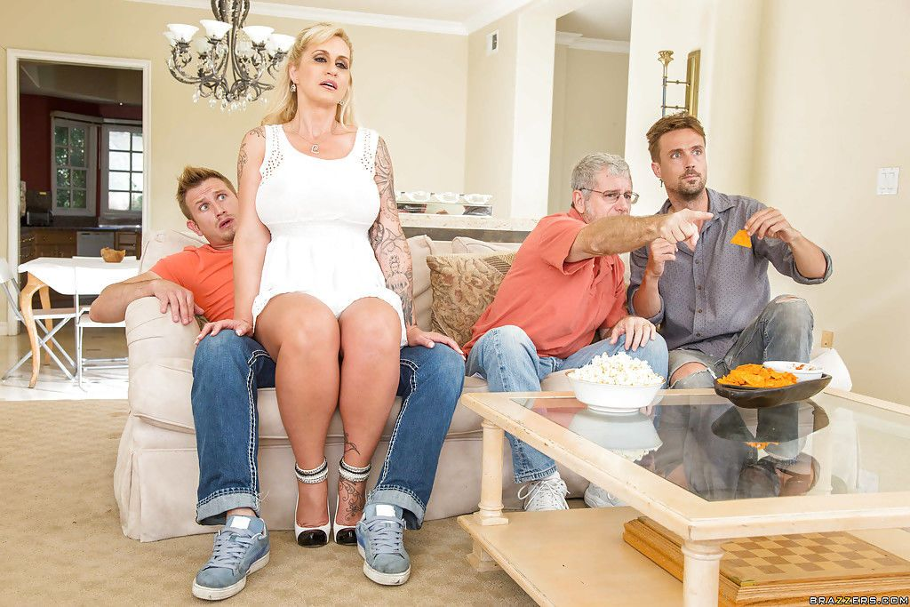 Leggy blonde mom Ryan Connor taking creampie on bald pussy