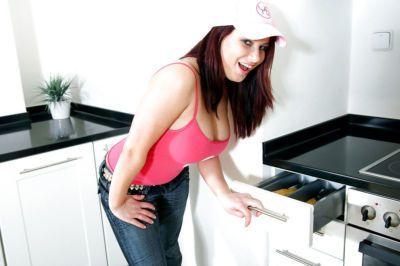 Толстушки подросток Деми в туго джинсы тянет из ее огромный рассасывания дыни