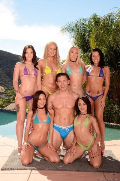 một Nhóm những Nóng con chim non trong bikinis mẫu bên cạnh Bể bơi với 1 may mắn sướt mướt