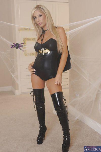 Superbe blonde dans sexy batgirl tenue déshabillage et Doigté Son chatte
