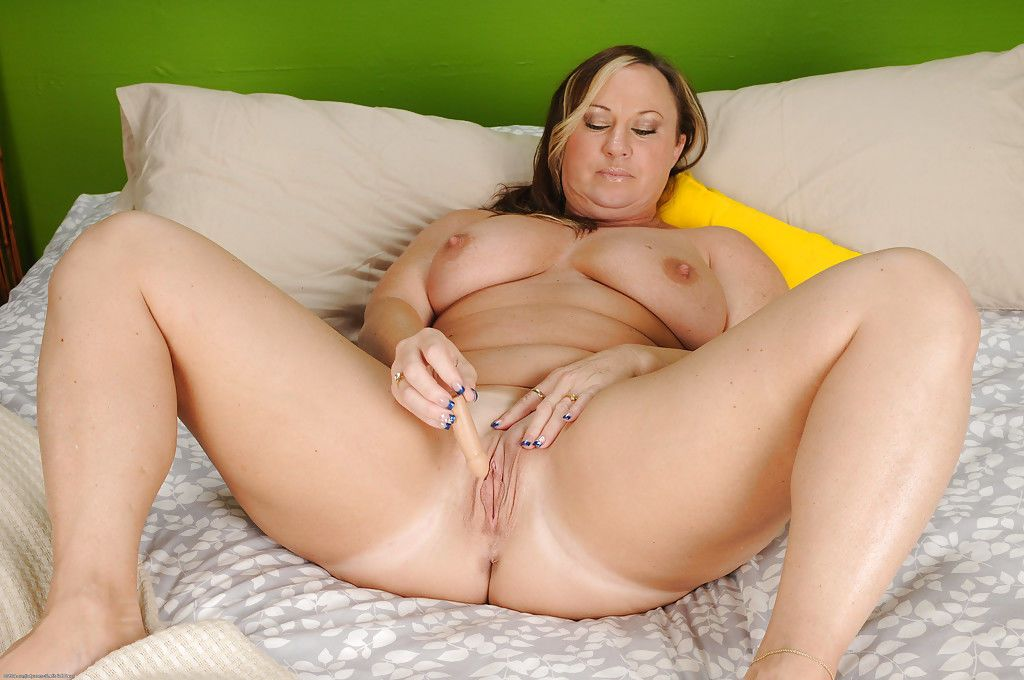Close up masturbation from a fatty milf with big tits Mary Jane