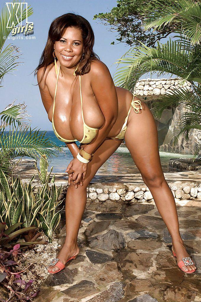 Stunning black fatty Vanessa Del stripping from bikini on a sunny beach
