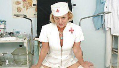 Düzgün vücutlu nine içinde hemşire üniforma mastürbasyon onu gloryhole