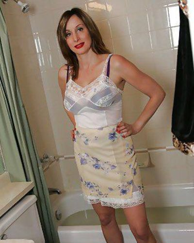 Curvaceous mature babe Abigail Fraser taking a bath in her clothes