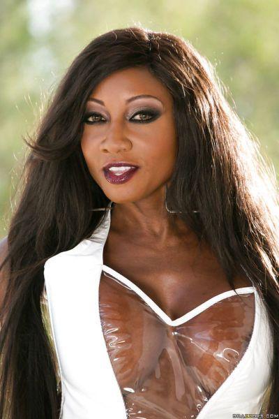 Mature ebony courtesan Diamond Jackson squirts like crazy bitch