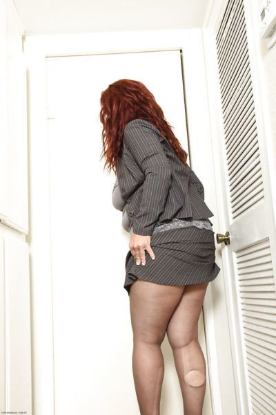 Fatty mature gal rips her pantyhose and exposes her shaggy cooter
