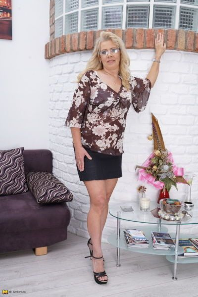 Thick mature woman in a black skirt heads indoors to masturbate her pussy