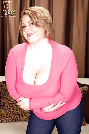 Mature plumper Molly Howard stripping and showing off her huge jugs