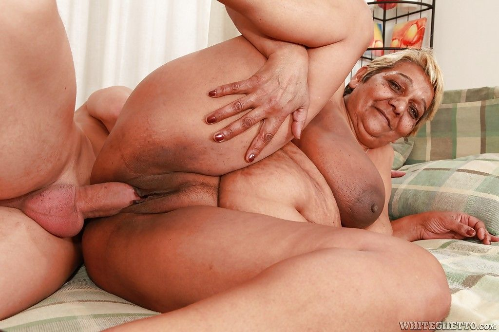 Fatty granny gives a blowjob and gets her cunt slammed hardcore