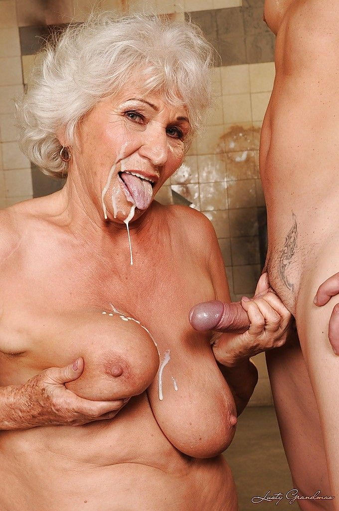 порно бабушка целуетца с внуом и занимаетсяя