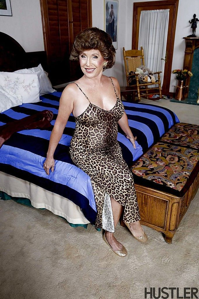 Granny pornstar Luna Azul posing in the nude on bed after undressing