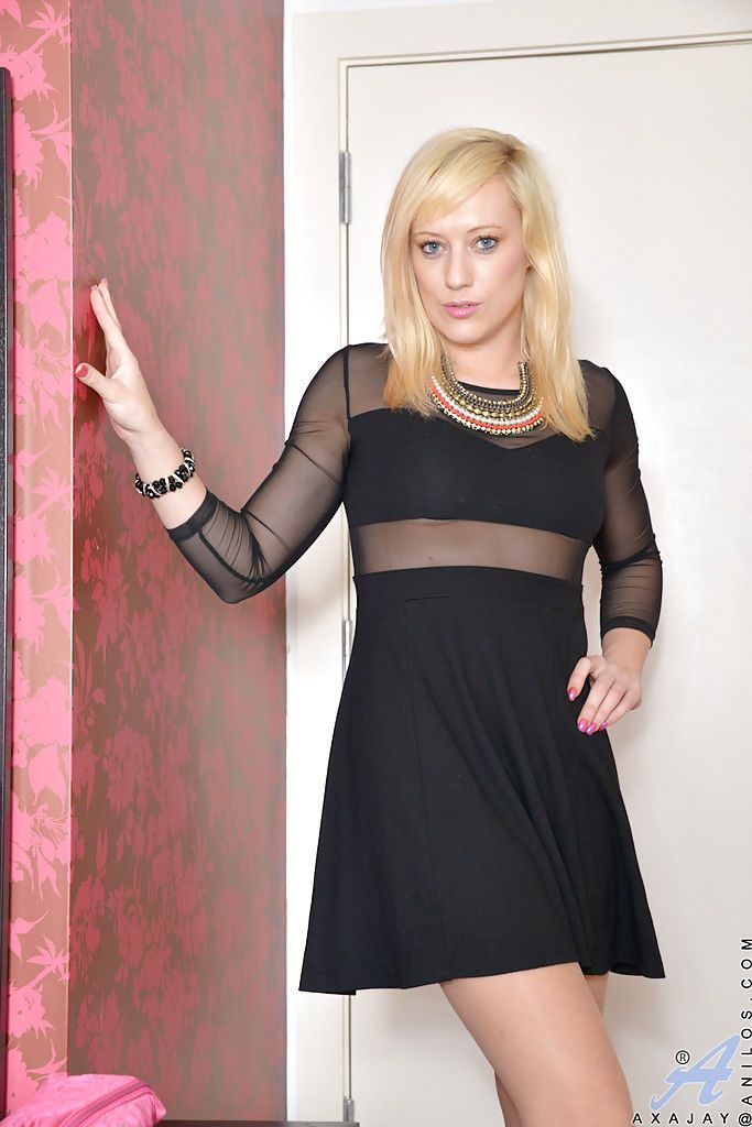 Blonde solo mom Axa Jay modelling in pantyhose and black dress