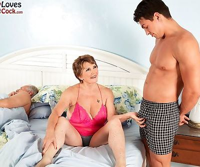 Busty granny Bea Cummins fucks a..