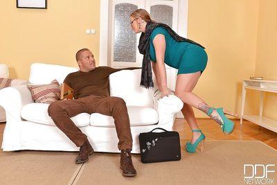 ноги Фетиш сцена с а татуированные девушка с долго ноги юффи юлан делать футфетиш