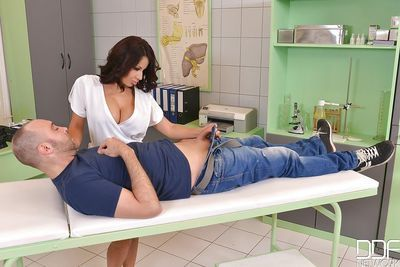 Latina milf Susana Alcalue is giving titjob for her new patient