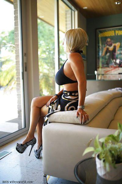 leggy Tóc vàng bà nội trợ Sandra Otterson người mẫu Cao heeled máy bơm và Bikini