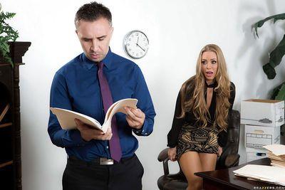 Блондинка офис работник Николь Энистон Давая коллега а Минет