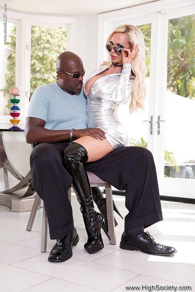 Çarpıcı sarışın anne Nikki Benz veren siyah horoz bir oral seks içinde Striptizci bot