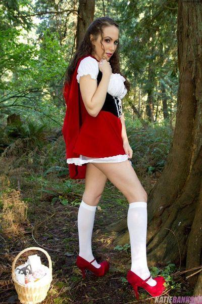 एमेच्योर केटी बैंकों चमकती स्तन और चूत में जंगल कपड़े पहने के रूप में लाल सवारी हुड