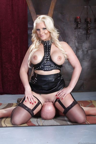 Full-figured femdom Pheonix Marie gets her shaved love holes licked