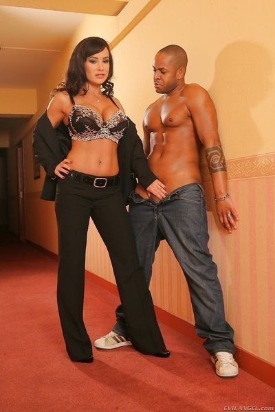 Gorgeous MILF Lisa Ann enjoys interracial twatting with a hung lad