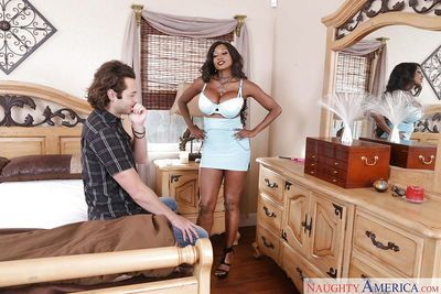 Black MILF Diamond Jackson seduces another woman\\\