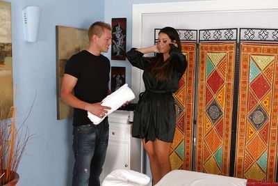 Sultry massesuse blows and jerks her client\\\