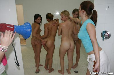 लेस्बियन नंगा नाच के साथ सुंदर लड़कियां चाटना प्रत्येक अन्य बाहर जबकि में स्नानघर