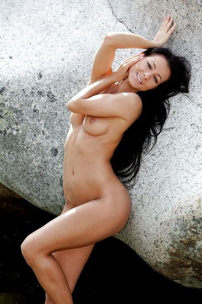 Booty dark haired pornstar babe fully naked outdoor