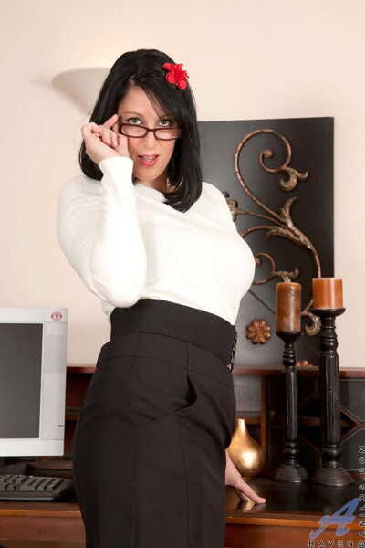 Luxurious secretary Raven interrupts work to rub vagina on table