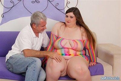 sexy et Jolie plumper les coups Un dick et obtient pilé dans de nombreux po