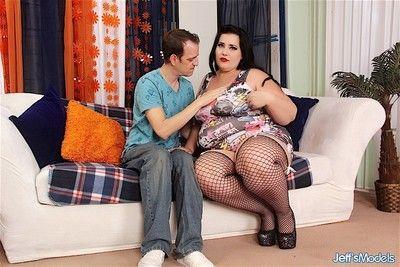 Ziemlich und sexy plump Frau Nimmt ein Schwanz in Ihr Mund und tief ich