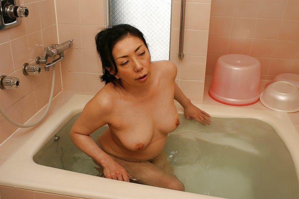 Fuckable asian mature lady with nice tits Kimiko Yasue taking bath