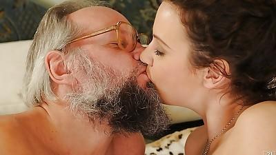 European slut gives some anal..
