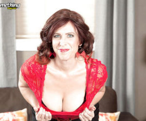 Mature brunette babe Susanna Adams unleashing large saggy..