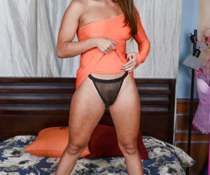 Latina Mena shows us her flexy body and awesome tanned..
