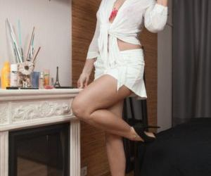 Amateur chick Love Morris display her great legs before..
